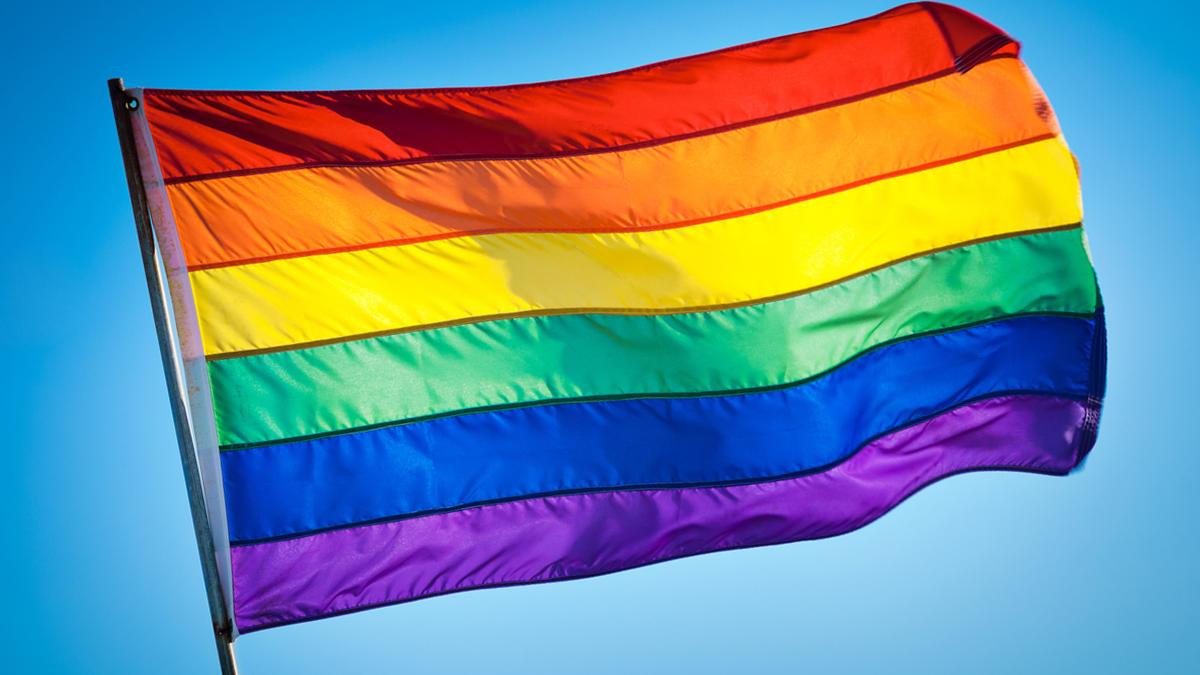 Piden a unos estudiantes retirar la bandera LGTBI que colocaron en su balcón