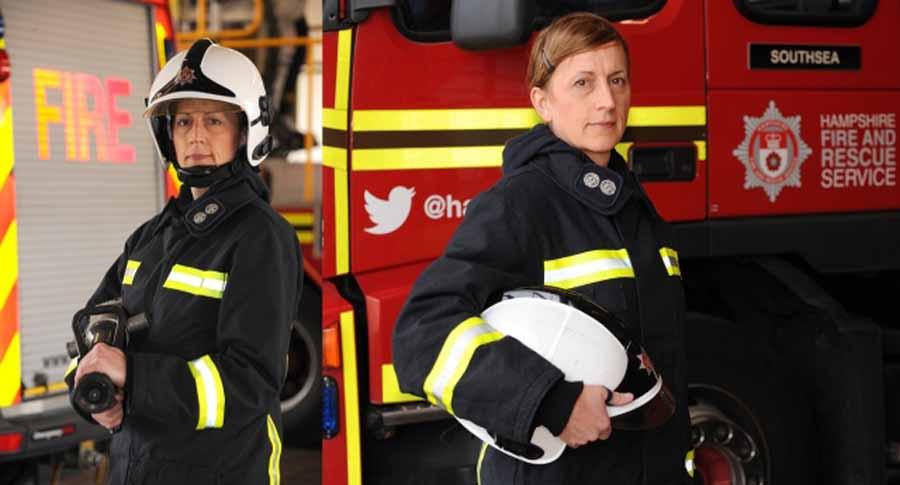 Ésta bombera, orgullosa lesbiana trans, dispuesta a apagar las llamas de la intolerancia