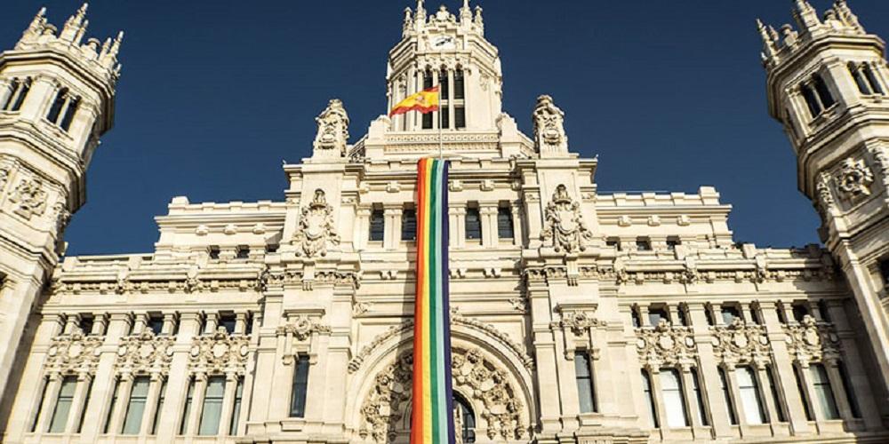 Durante la celebración del Orgullo, ¿colgarán la bandera de España o  la del Colectivo LGTBI?