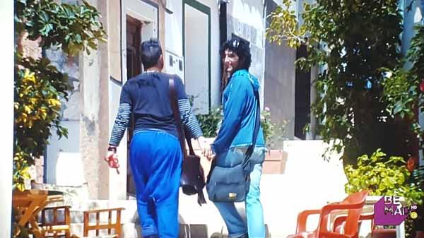 Dos gitanios chicos paseando de la mano por la calle