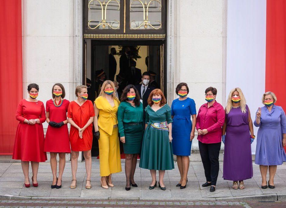 Diputadas polacas se visten de los colores de la bandera LGTBI en protesta a la homofobia del presidente