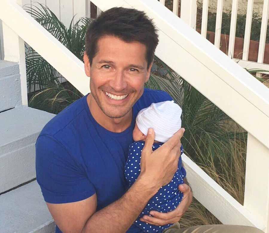 Jaime Cantizano muestra orgulloso a su hijo Leo, nacido gracias a un vientre de alquiler