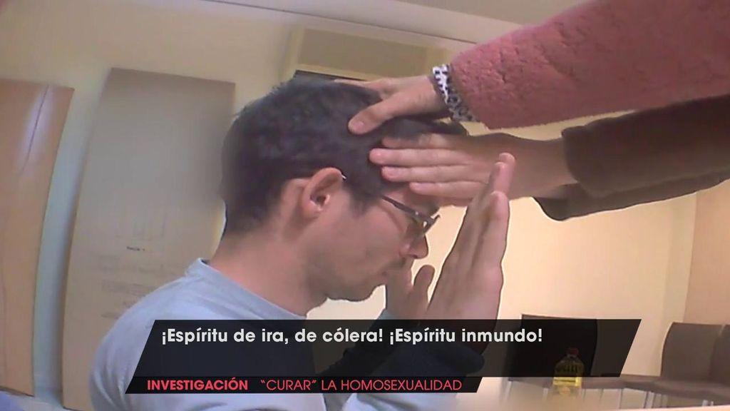 """Un reportero se somete a un exorcismo para """"curar la homosexualidad""""."""