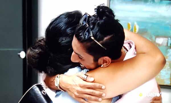 Momento abrazo entre Saray y Cristo que hacen las paces