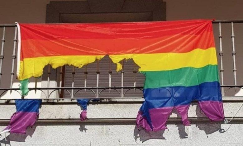Queman la bandera LGTBI del Ayuntamiento de Toledo.
