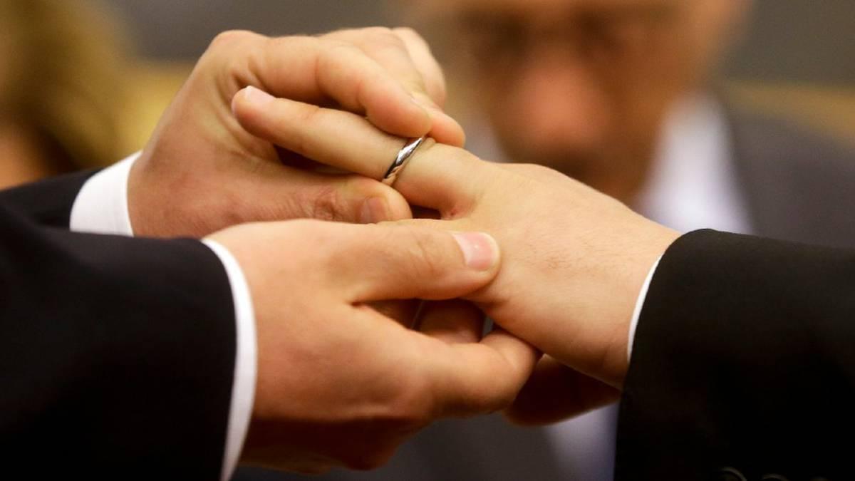 Un grupo de sacerdotes rechaza la decisión de la Santa Sede y anuncia que bendecirá uniones homosexuales